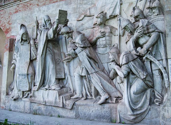 Далее на фотографиях представлены сохранившиеся горельефы с первого храма Христа Спасителя и их современные бронзовые аналоги. Здесь-(скульптор Логановский Л.В., 1847-49гг.)
