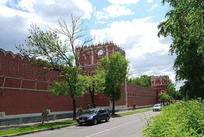 Наружние стены ныне действующего Донского монастыря.