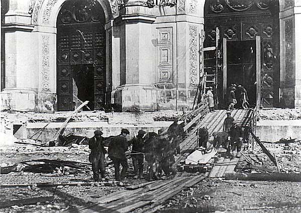 5 декабря 1931 года храм Христа Спасителя взрывают коммунисты.