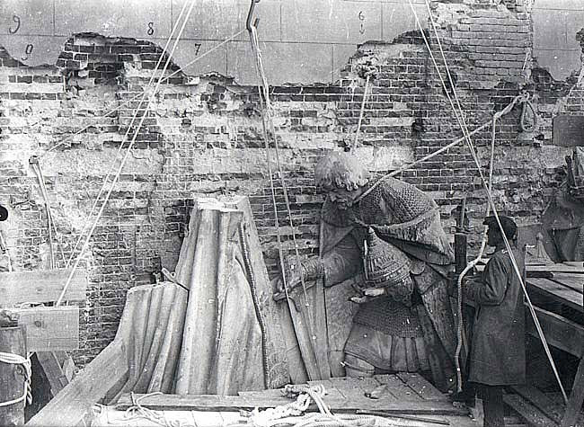 Музейным работникам разрешают вывезти фрагменты храма, благодаря этому были разобраны и переправлены в Донской монастырь несколько гигантских горельефов.