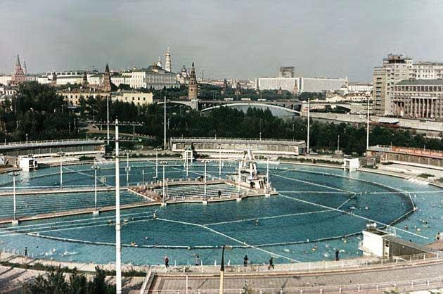Из-за ВОВ вместо Дворца Советов строят открытый плавательный бассейн