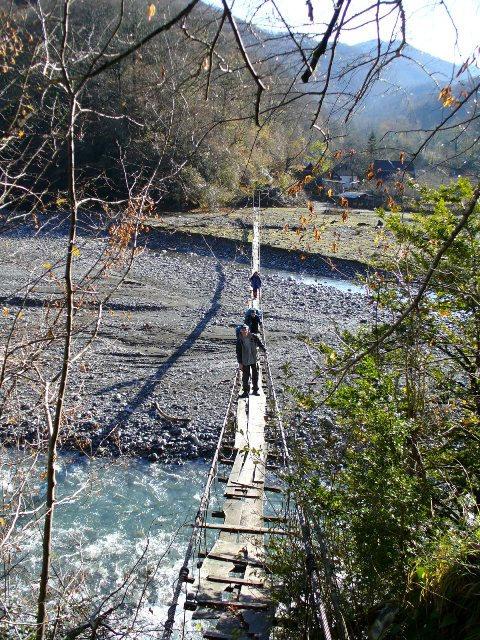 17. Осторожно переходим по мосту через реку Шахе