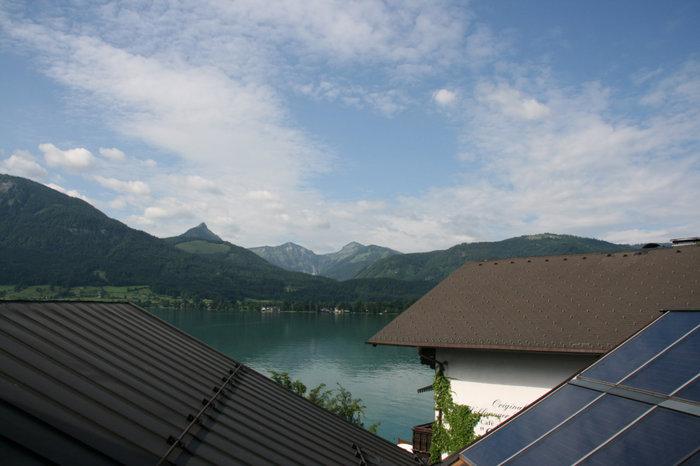 вид на озеро с балкона отеля Zimmerbräu
