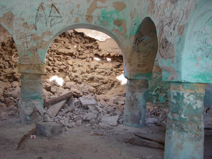 Внутри заброшенной мечети в Кебели