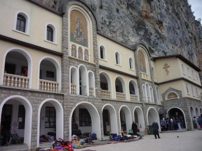 паломники у входа в монастырь