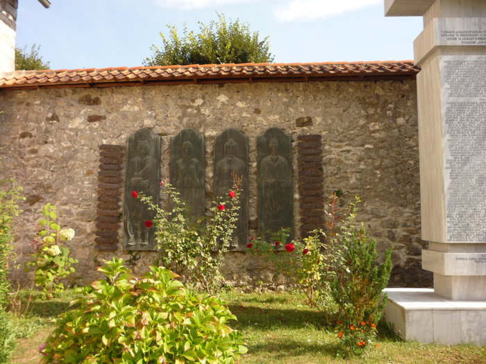памятник погибшим во Второй мировой в монастыре Морача