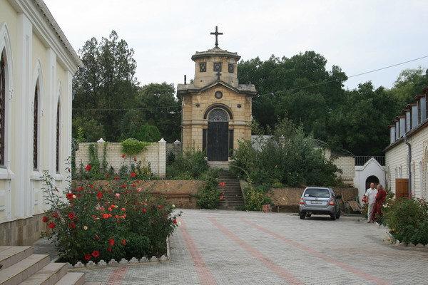 Польский склеп на территории церкви Всех святых