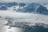 Ню-Олесунн с высоты пролетающего самолета. )  Вот такой он — самый северный город Земли. )