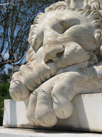Лев у дворца