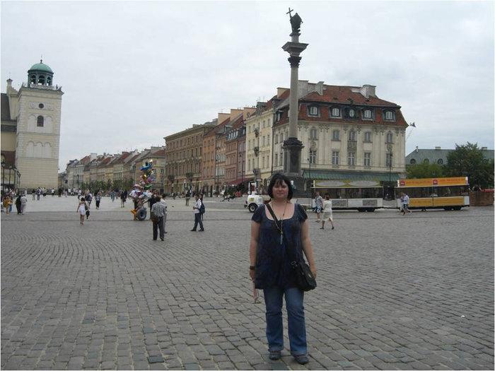 Колонна в центре площади