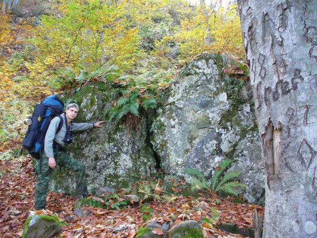 08. Камень с трещиной посередине справа от тропы