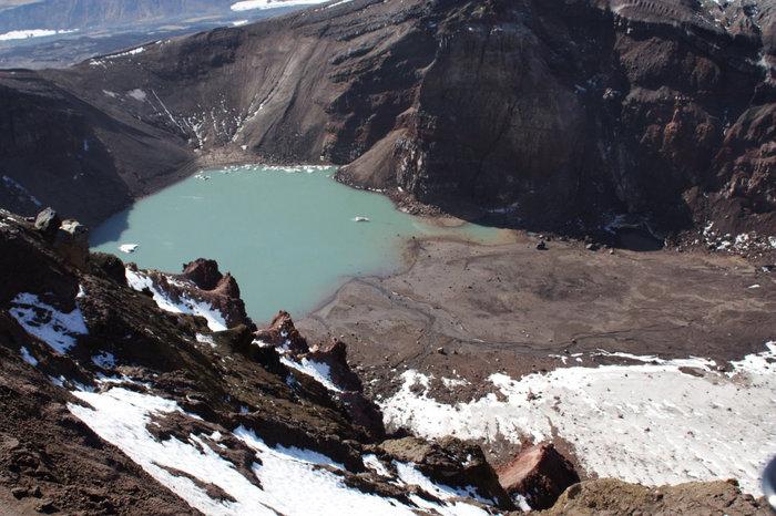 На вулкане Горелый, озеро в кратере