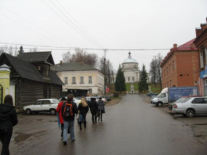 Мышкин сохранил колорит старинного русского города: с православными храмами, украшенными деревянными кружевами избами на тихих улочках, купеческими особняками