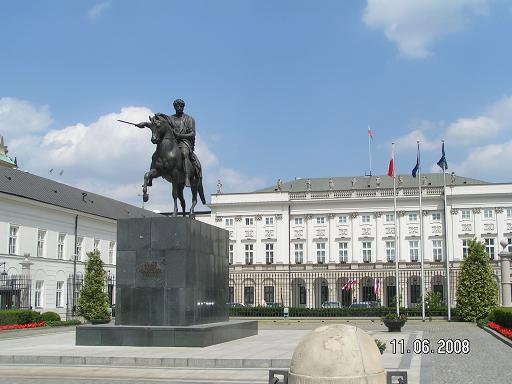 Дворец и памятник перед ним