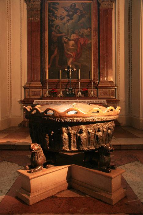 купель, в которой крестили Моцарта