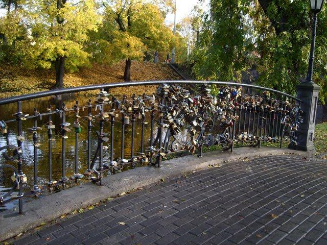 Поговаривают, что у рижских молодоженов, есть традиция вешать замок на этот мостик, а ключ выбрасывать в воду.