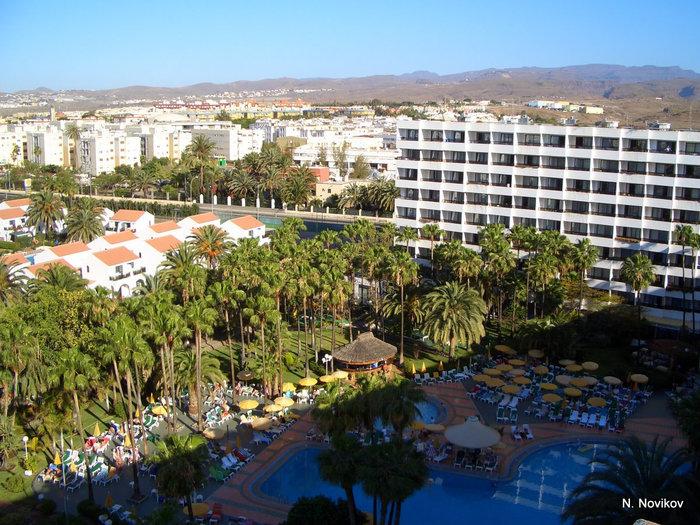 Отель Eugenia Victoria. Вид с крыши отеля на бассейн.