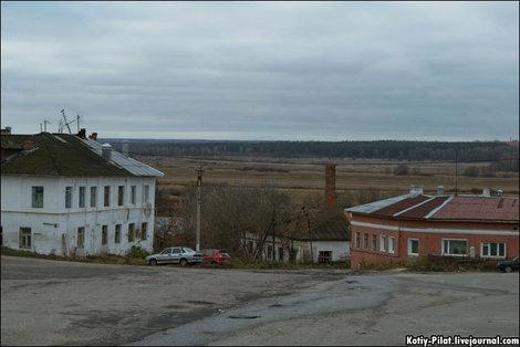 И это тоже центр. А вдали — бескрайние поля средней полосы России.
