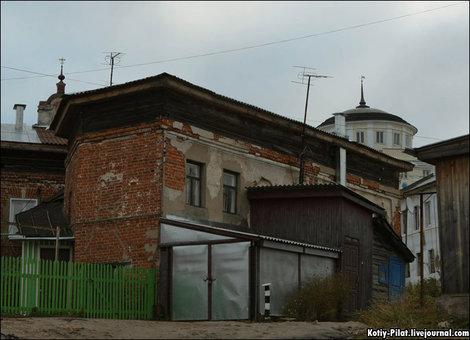 Так и пробивается сквозь советскую архитектуру что-то национальное, восточное.