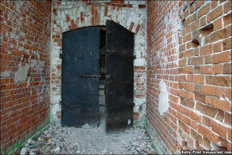 Я был в сотнях заброшенных церквей. Но это единственная, где сохранились железные двери.
