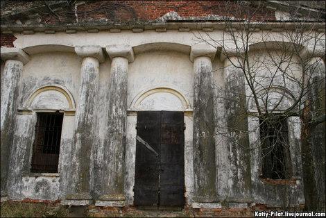 Двери закрыты, но замки давно украли