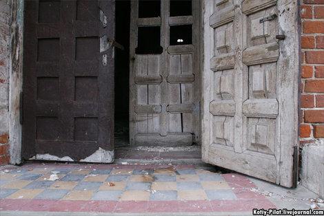 двери настежь