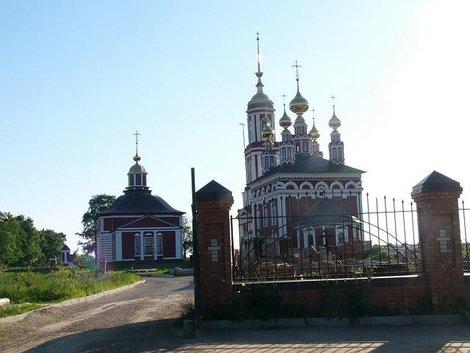 01. Церковь Михаила Архангела (1769) (справа) и церковь Флора и Лавра (1803 г.) (слева)
