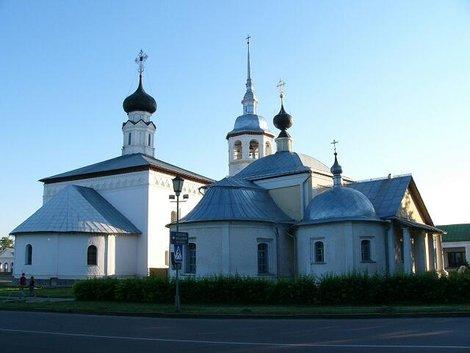 22. Воскресенская церковь на торгу (1720) (слева) и Казанская церковь (1739) (справа)