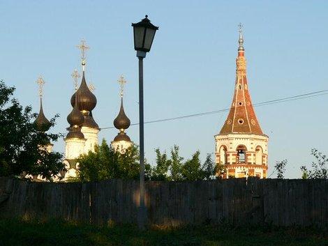 53. Купола Лазаревской церкви (слева) (1667г.) и колокольня Антипиевской церкви (справа) (1745г.)