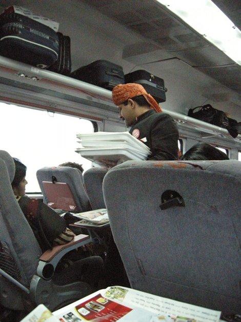служитель поезда разносит еду