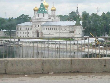 17. Территория Ипатьевского монастыря с моста через р. Кострома