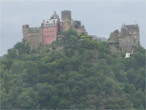 Огромный замок на горе