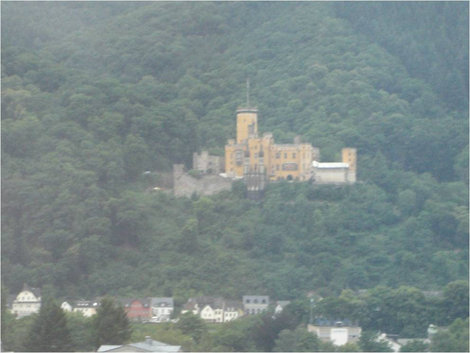 Замок как в тумане Земля Рейнланд-Пфальц, Германия