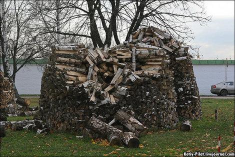 В монастыре на территории кремля укладывают дрова