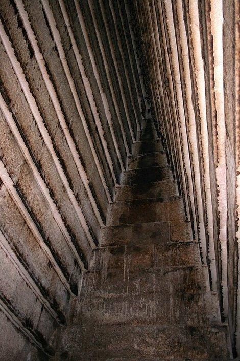 Галерея Красной пирамиды (на стенах потеки)