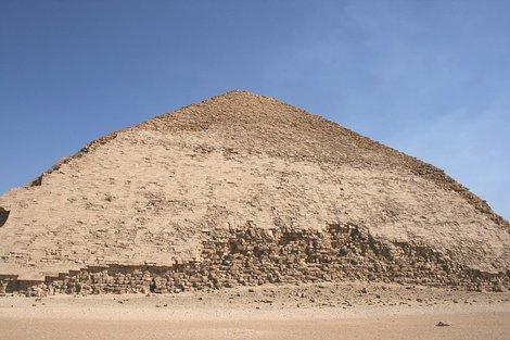Ломаная пирамида вблизи