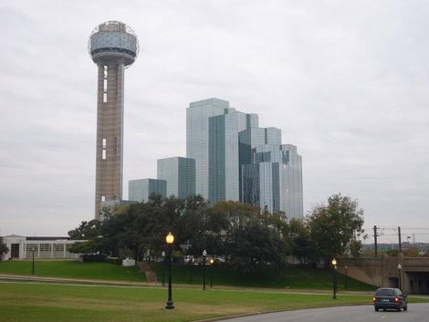 Отель и смотровая башня рядом. Вдали мост, под которым должен был прехать кортеж президента Кеннеди.