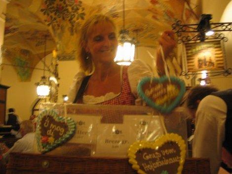 Здесь можно купить баварский крендель у такой вот улыбающейся продавщицы