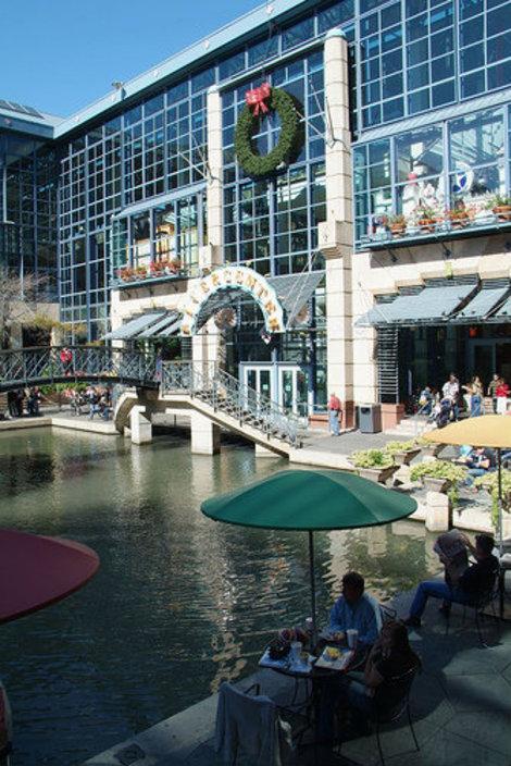 Огромный торговый комплекс, там тоже постоянно выступают музыканты.