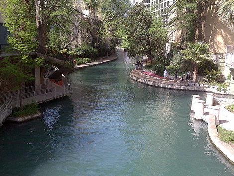 Речка и прогулочная набережная River Walk.