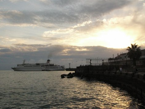 Круизный лайнер выходит из порта