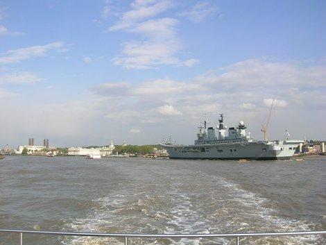 Военный корабль на Темзе