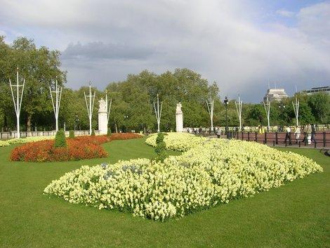 Клумбы напротив дворца