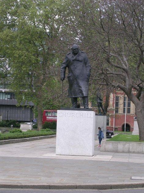 Памятник Черчилю у Вестминстерского аббатства