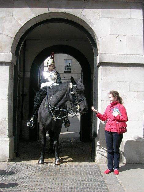 Общаюсь с лошадью королевского конного стража