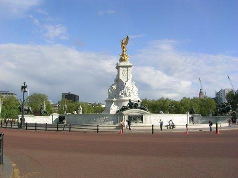 Памятник королеве Виктории перед дворцом