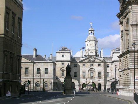 А это место, где стражи и лошади живут (в глубине, справа — Whitehall)