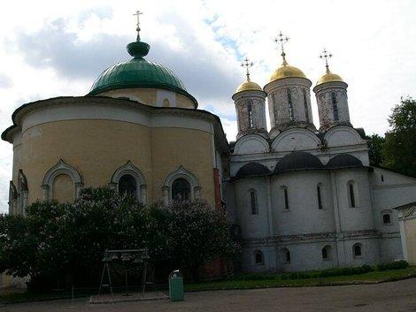 48. Спасо-Преображенский собор (справа) и церковь Ярославских чудотворцев (слева)