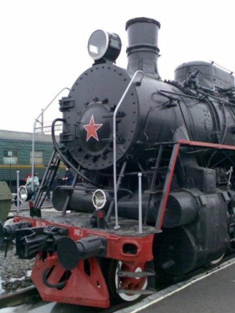 Обратите внимание на сцепку. Она как у современных поездов. То есть паровоз может тянуть вагоны и сейчас!