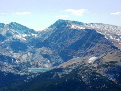 На вершинах остатки снега и льда, даже за долгое лето не расстаявшего.